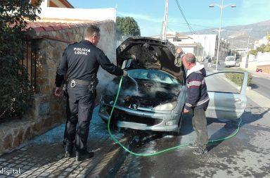 Vehiculo ardiendo Berja