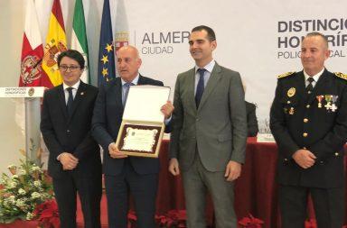 rafael villegas recibe reconocimiento policia local almeria
